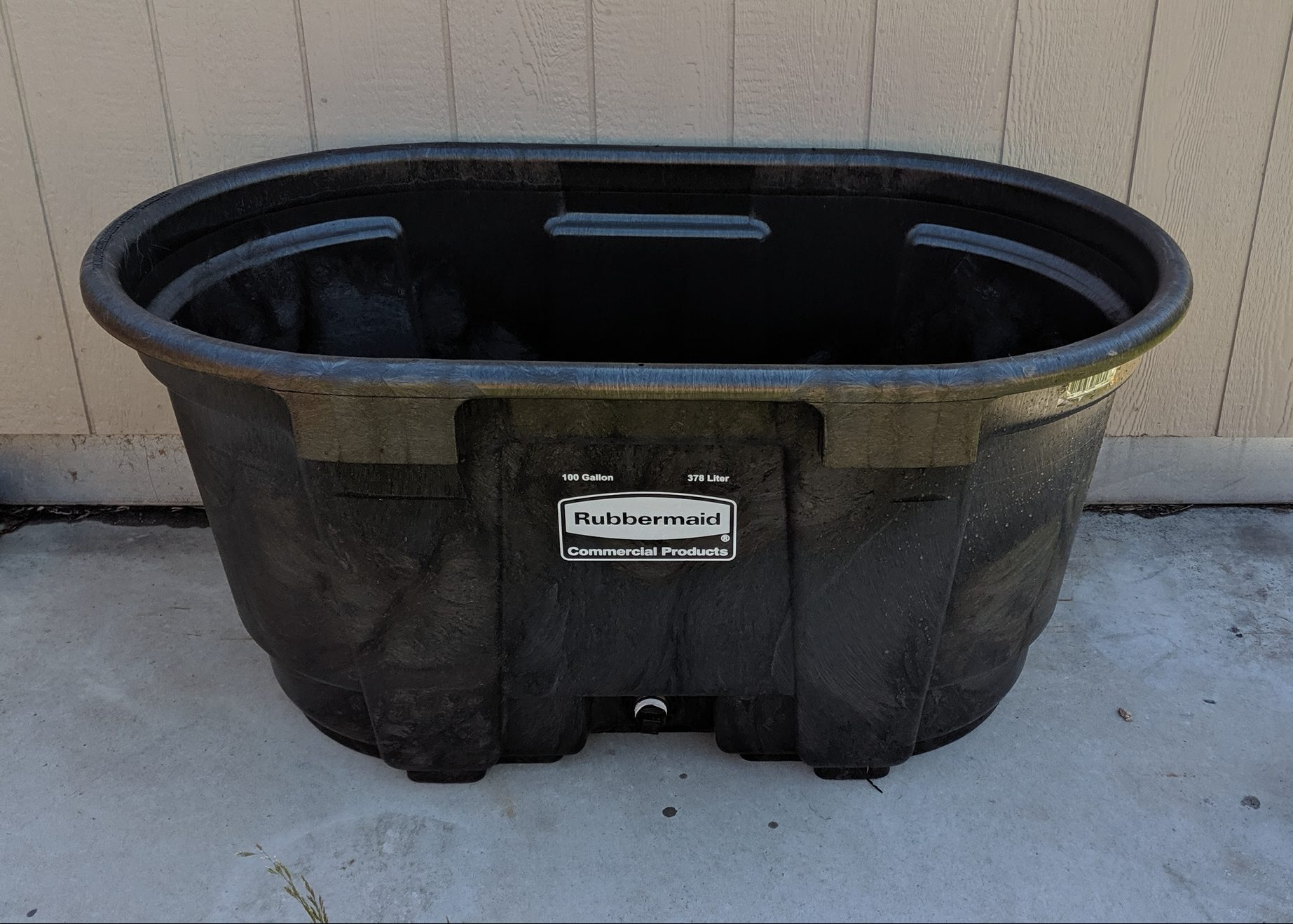100 Gallon Rubbermaid Stock Tank